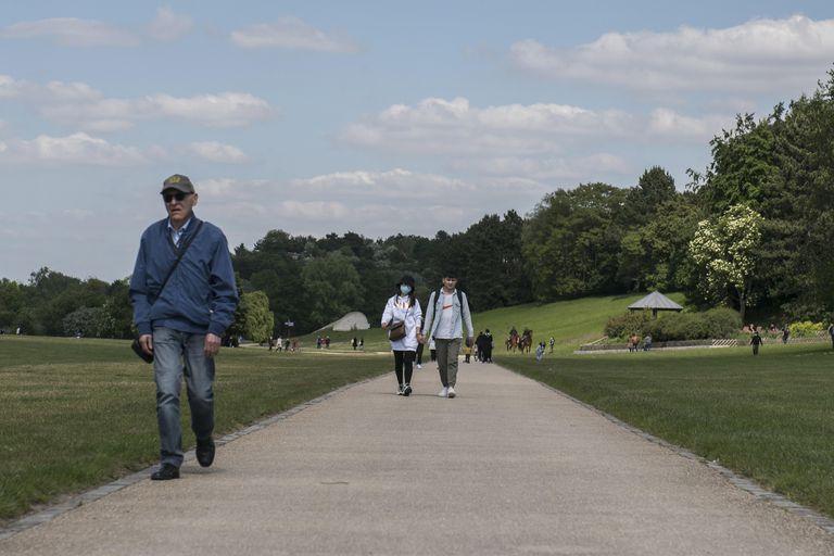 Varias personas pasean en un parque en La Courneuve, cerca de París (Francia), el 14 de mayo.