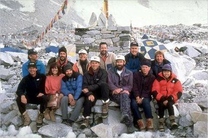 Varios de los alpinistas que intentaron llegar la cima en 1996. En la fila de abajo, Krakauer es el tercero por la izquierda.