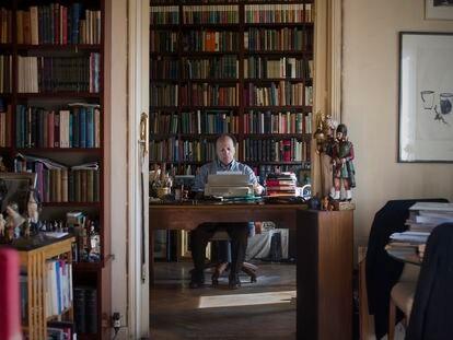 Javier Marías, retratado en su casa de Madrid en 2016.