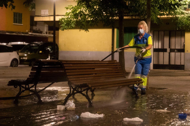 Una trabajadora de la limpieza desinfecta un banco de Son Gotleu el 15 de septiembre.