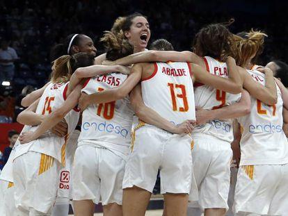La selección española femenina de baloncesto celebra su victoria en la final del Eurobasket 2019.