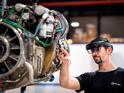 Un trabajador examina uno de los motores fabricados por ITP Aero.