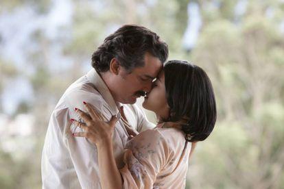 Wagner Moura y Paulina Gaitan, en 'Narcos'.