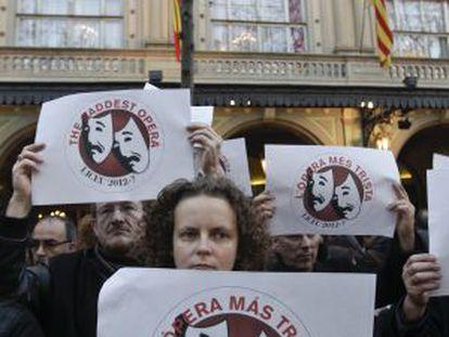 Trabajadores del Liceo ante su fachada del teatro el pasado enero protestando.