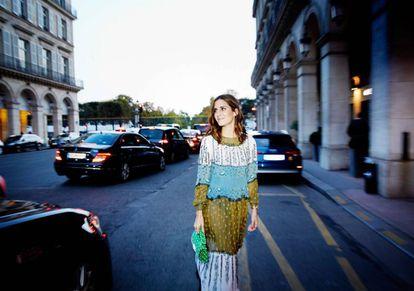 La 'influencer' Gala González camino del desfile de Saint Laurent.