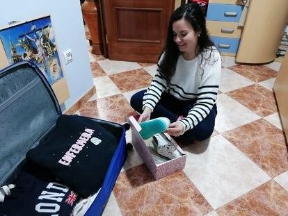 La sevillana Cristina Pablos Barrena, haciendo la maleta este sábado para mudarse a Madrid.