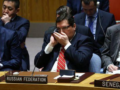 Un miembro de la delegación rusa habla por el móvil durante una asamblea de la ONU, en Nueva York.