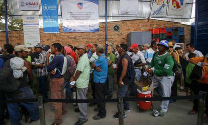 Migrantes venezolanos hacen cola en un refugio de Cucuta, en Colombia, el pasado 7 de febrero.