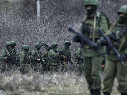 Soldados rusos marchan alrededor de una base ucrania en Perevalnoye, a las afueras de Simferópol.