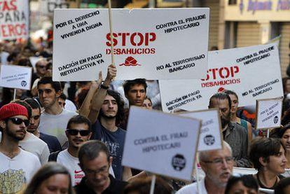 Aspecto de la manifestación contra los desahucios que recorrió las calles de Valencia.