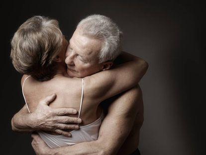 Una pareja se abraza.