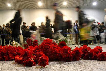 Ramos de flores, en el suelo de una delas terminales del aeropuerto de Domodedovo, Moscú, en recuerdo a las víctimas del atentado.
