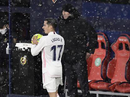 Lucas Vázquez y Zidane, en el partido contra Osasuna.