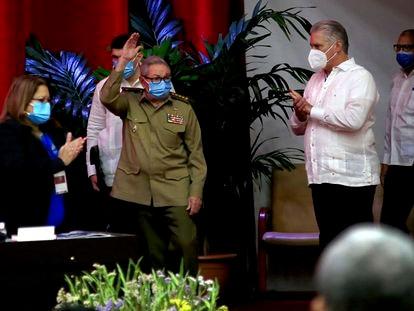 Raúl Castro saluda en la sesión inaugural del VIII Congreso del Partido Comunista de Cuba, acompañado por el presidente, Miguel Díaz-Canel.