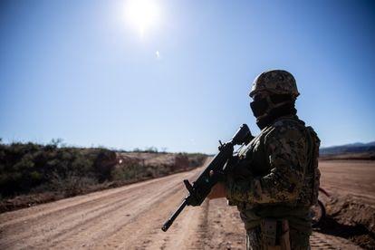 Un soldado del ejército mexicano hace guardia en La Morita, Sonora.
