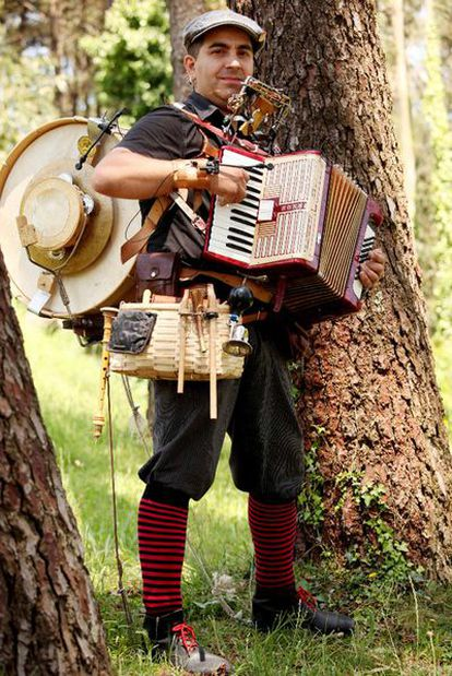El hombre orquesta César Freiría, el viernes en el jardín del colegio infantil Raiola de Santiago.