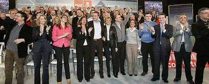 De izquierda a derecha: Patxi Lazcoz (candidato a la alcaldía de Vitoria), Manuela Parralo (Huelva), Soraya Rodríguez (Valladolid), Carmen Alborch (Valencia), Miguel Sebastián (Madrid), Aina Calvo (Palma), Rafael Gómez Montoya (Leganés), Abel Caballero (Vigo) y el aspirante a la presidencia de la Comunidad de Madrid, Rafael Simancas, junto a Zapatero y De la Vega (en el centro).
