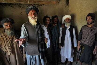Abdul Majid, de 72 años (segundo por la izquierda), en el interior de una de las clases en las que enseñaba el mulá Omar, fundador de los talibanes.