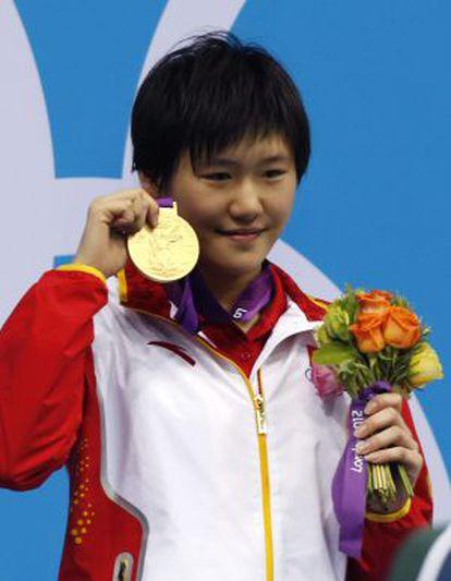 Ye Shiwen posa con la medalla de oro de 400 estilos