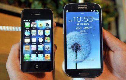 El iPhone 4s (izquierda) de Apple y el Samsung's Galaxy S3.