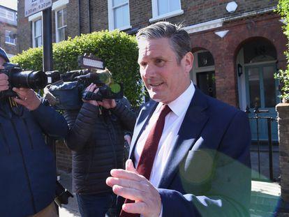 El líder laborista, Keir Starmer, esquiva a los medios este viernes a la entrada de su residencia en Londres.