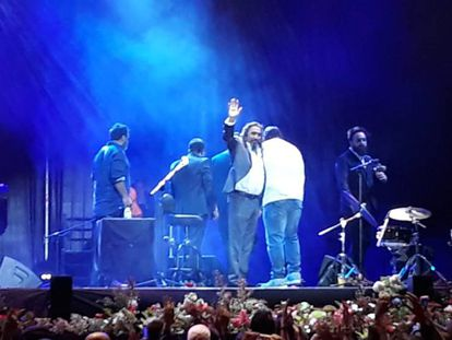 El Cigala se despedía ayer tras su concierto.