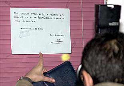 """La guardería clausurada por la policía en Valladolid exhibía ayer un letrero que atribuía el cierre a """"causas familiares""""."""