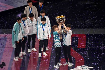 Los capitanes del equipo surcoreano Damwon alzan el trofeo de la victoria ante el equipo chino Suning en la final del 'League of Legends World Video Game Championships' en Shanghái, China.
