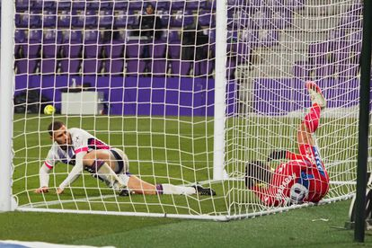 Weismann marca un gol que fue anulado, este martes en Zorrilla.