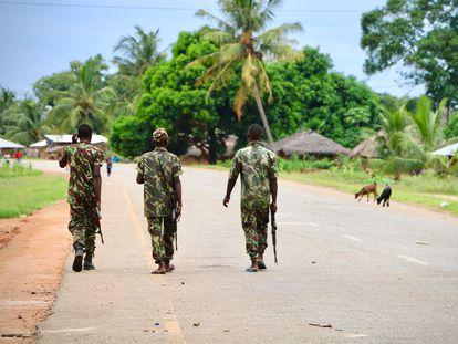 Soldados mozambiqueños patrullan por Mocimboa da Praia, en la provincia de Cabo Delgado.