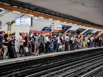 Viajeros en el metro de París, una de las ciudades más compactas de Europa.