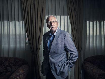 Luis Mateo Díez, este jueves en su casa en Madrid.