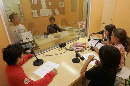 Alumnos de la escuela pública Amara Berri de San Sebastián, en un taller de radio.