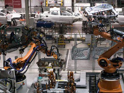 Decenas de robots, en la fábrica de vehículos de Seat en Martorell.