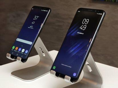 Samsung ha presentado sus nuevos teléfonos inteligentes de gama alta Galaxy S8 y S8+, con pantallas de 5,8 y 6,2 pulgadas que acaparan casi toda la superficie.