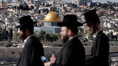 Judíos ultraortodoxos pasean ante la Ciudad Vieja de Jerusalén.