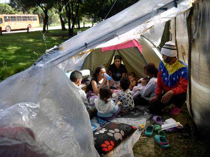 Migrantes venezolanos que buscan regresar a su país en un campamento improvisado en Bogotá.