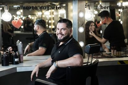 Alberto Dugarte, maquillador y peluquero de famosos y de programas como 'Mask Singer'.