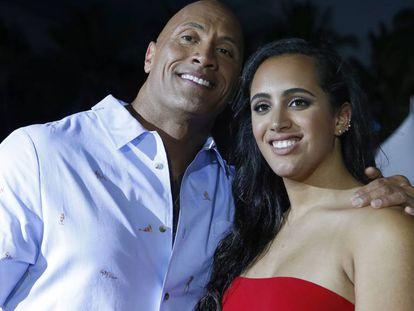 El actor Dwayne Johnson 'La Roca' y su hija Simone en el estreno de 'Los vigilantes de la playa' en Miami Beach, Florida, el 13 de mayo de 2017.