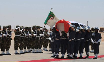 Una guardia argelina rinde honores y porta a hombros el féretro de Mohamed Abdelaziz ayer en el aeropuerto argelino de Tinduf.
