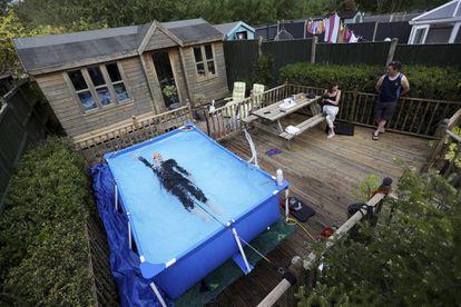 <b>A pesar de todo, la vida sigue.</b> Encerrados en casa, la creatividad hizo posible que la vida no se parara del todo. La triatleta Lloyd Bebbington entrena en una piscina en su jardín el 26 de abril en Newcastle-under-Lyme, en el Reino Unido.