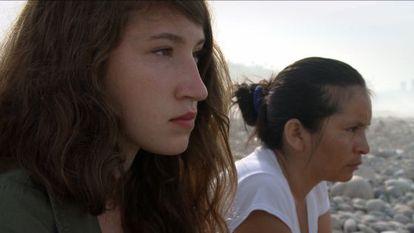 Josefin Ekermann y Flor Gonzales frente al mar de Lima.