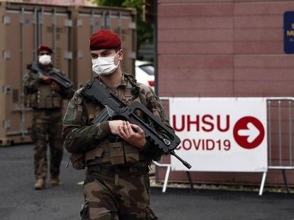 Paracaidistas militares franceses vigilan el hospital de Perpiñán, el miércoles pasado.
