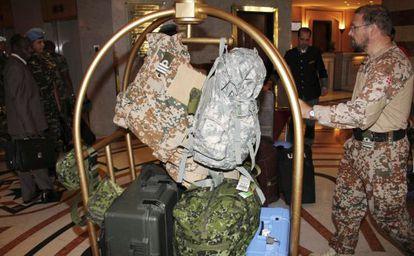 Observadores de la ONU en Damasco antes de abandonar Siria, el lunes.