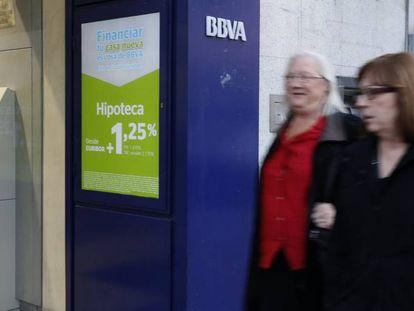 Ofertas de préstamos en una sucursal de BBVA.