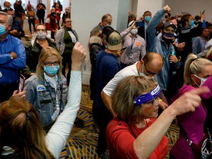 Un grupo de partidarios de Trump trata de presionar a los trabajadores que están contando los votos de Michigan, el miércoles en Detroit.
