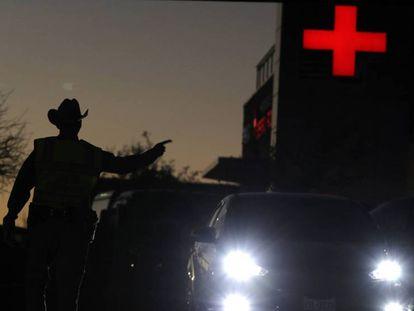 Un policía redirige el tráfico en los aledaños del lugar en el que se ha producido la última explosión. En vídeo, las declaraciones de la Policía tras la muerte del sospechoso.