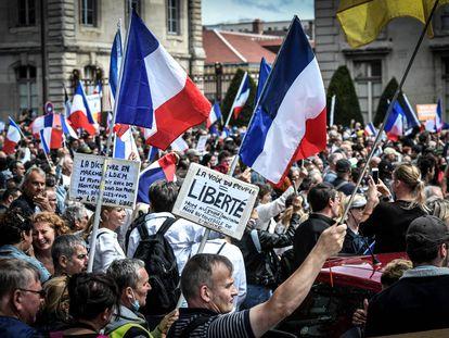 Manifestantes protestan contra el certificado covid para acceder a la mayor parte del espacio público, cerca de la Escuela Militar en París (Francia) el pasado 7 de agosto.