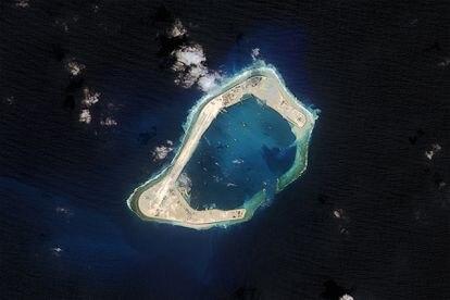 Imagen de satélite de un islote artificial chino, cerca de las Paracel en octubre de 2015.