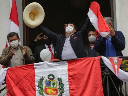 El candidato a la presidencia de Perú Pedro Castillo saluda a sus seguidores desde el balcón de la sede en Lima de su partido, Perú Libre.